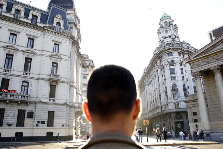 L'Argentina, terra di esiliati, dieci anni dopo il tracollo economico del 2001, torna protagonista di una migrazione al contrario, accogliendo sempre più ragazzi europei.