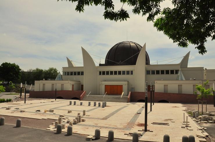 Sus cimientos proceden de las canteras de Alsacia, remarcando así la integración de la mezquita en el paisaje circundante.