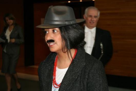 Devant le Président du Parlement européen Jerzy Buzek, elle a demandé avec 8 autres députées l'application de l'égalité de salaire hommes-femmes... avec une moustache