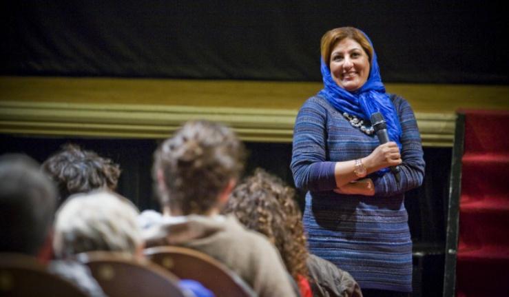 """La réalisatrice des Emirats discute avec le public à propos de son film, """"Hamama"""" (2010)."""