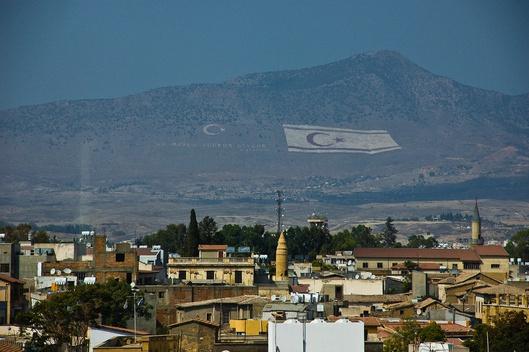 Widmo tureckiej flagi nad północną częścią wyspy