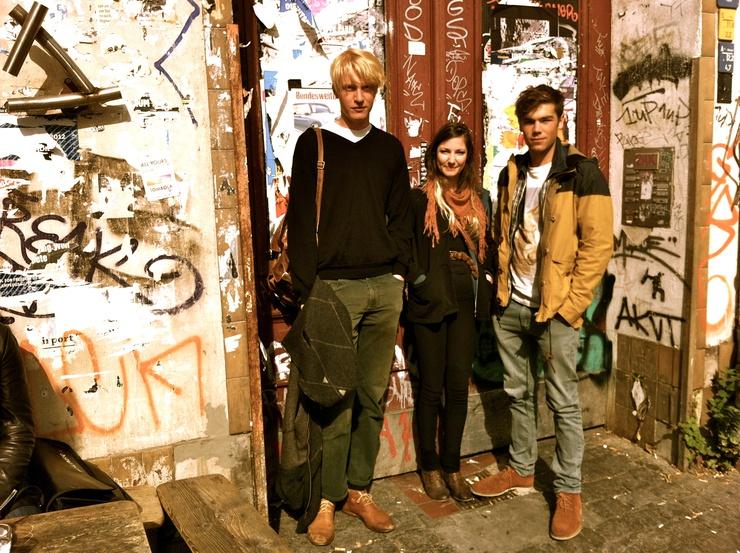 Vor der Berliner Bar 'Le Bateau Ivre' (der Hipster ist nicht nur stylisch, sondern auch poetisch)