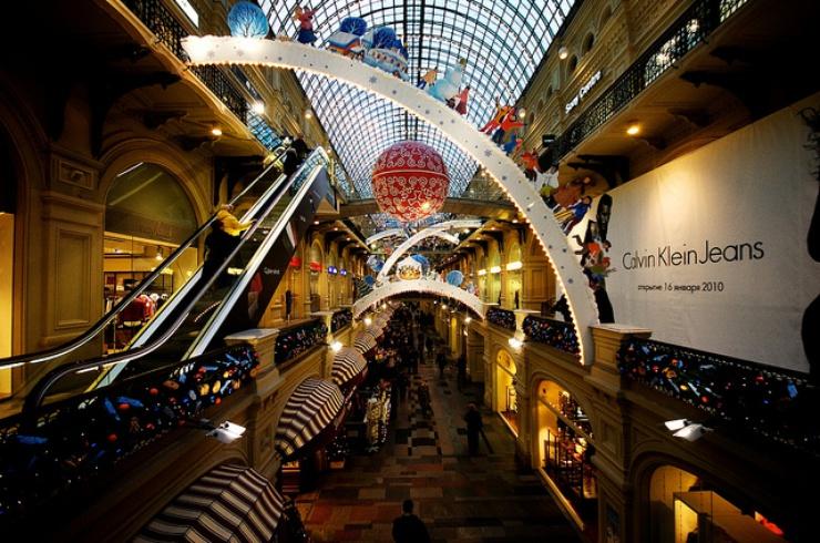 80.000 metri quadrati ripartiti su tre piani: il vecchio edificio del 1890 dove le famiglie sovietiche facevano la fila per procurarsi da mangiare, oggi è diventato un centro commerciale di lusso nel cuore della metropoli.