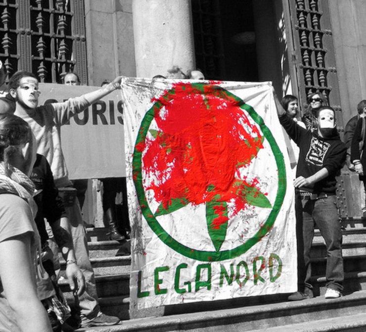 Dans le viseur des participants, le drapeau de la Ligue du Nord, consideré par beaucoup de monde comme le symbole de la xenophobie en Italie