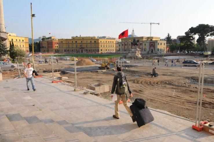 Scanderbeg Square, en cours de construction, sert de métaphore pour représenter le reste de la ville.