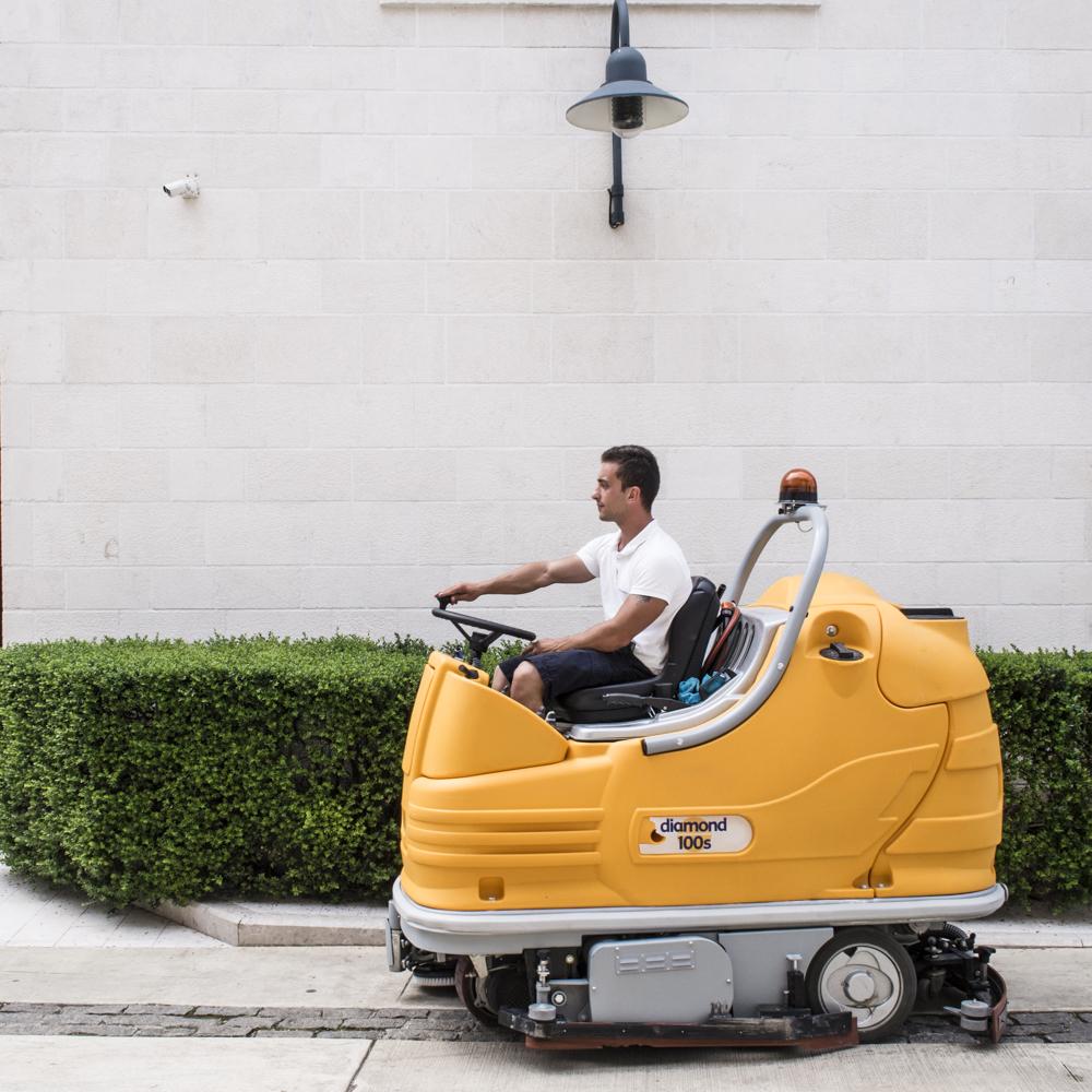 Decine di lavoratori tengono pulito PortoMontenegro