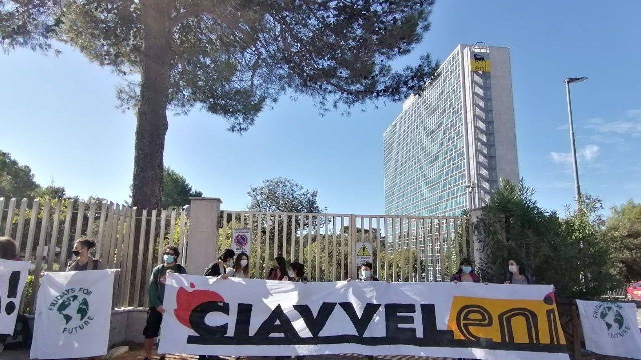 Attivisti e attiviste davanti alla sede romana di ENI,