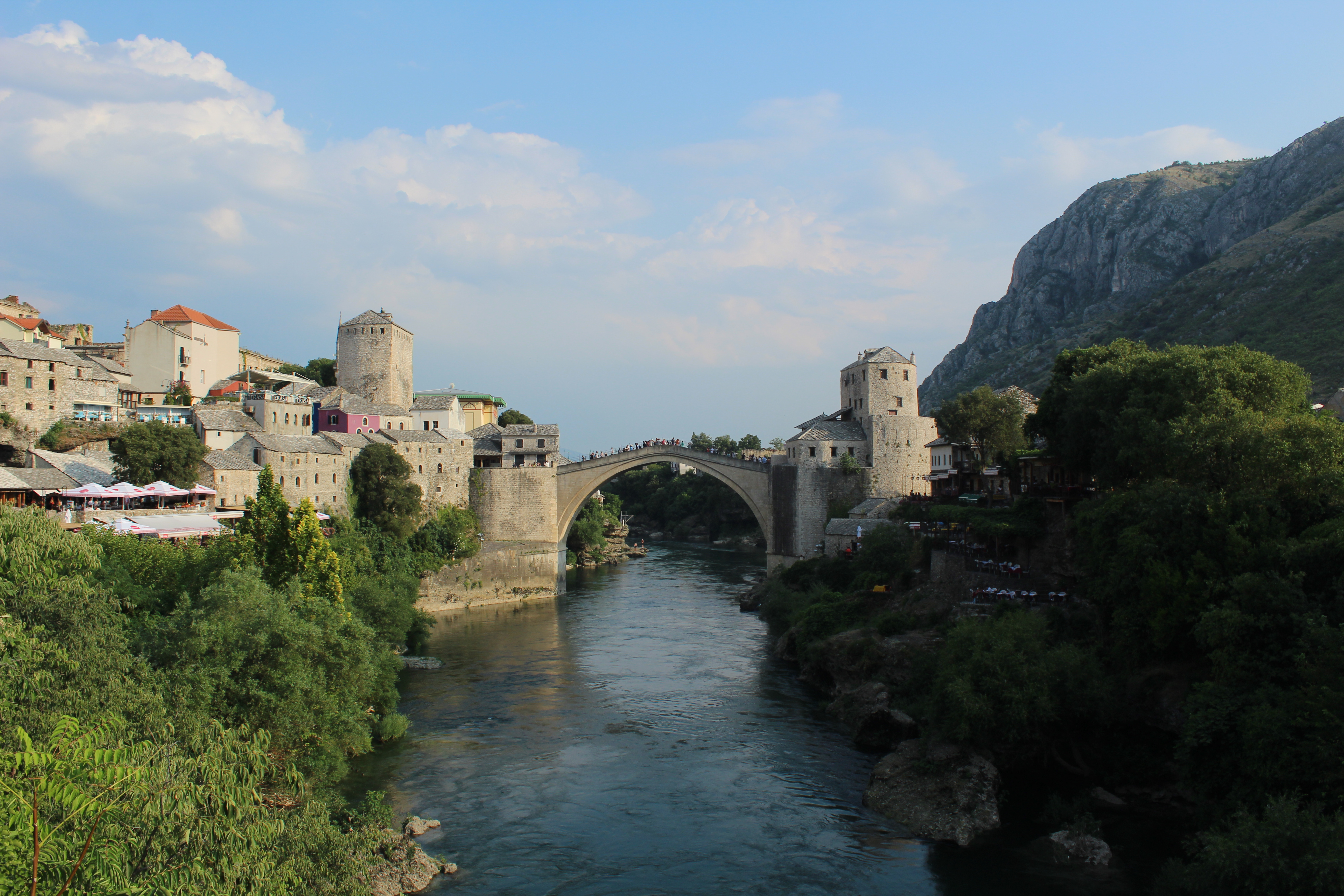 Le Stari Most a été bombardé en 1993 par l'armée croate, et reconstruit à l'identique en 2004