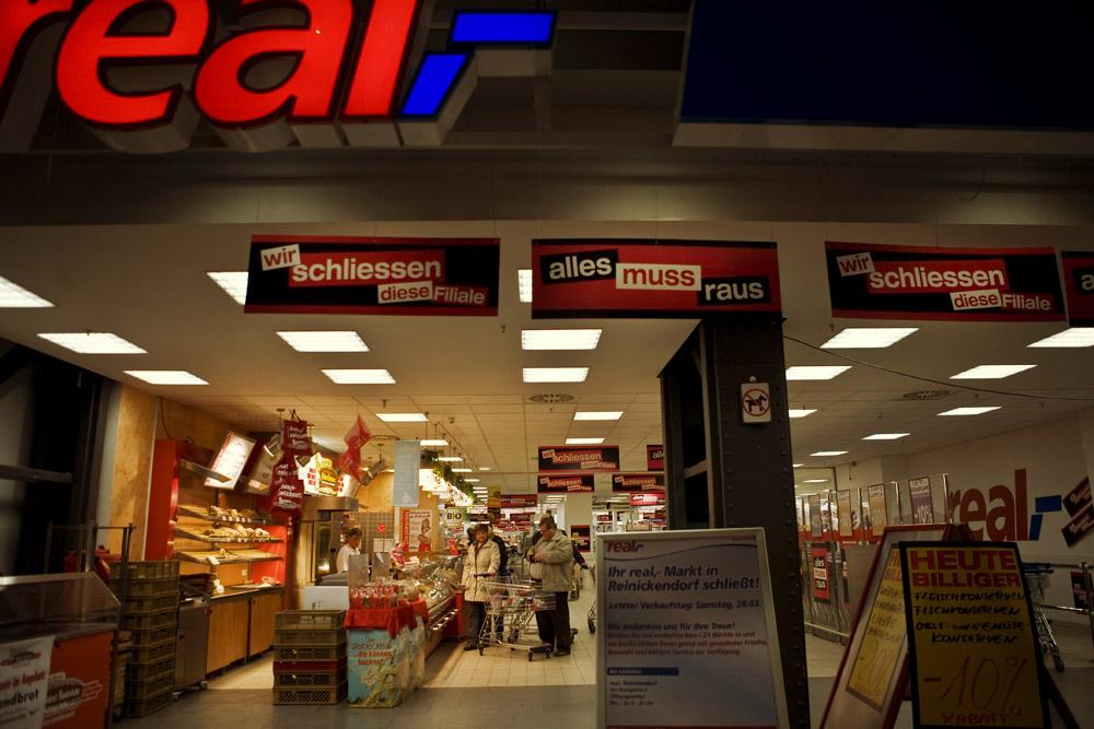 La succursale di un grande supermercato chiude a Berlino Alt Tegel.