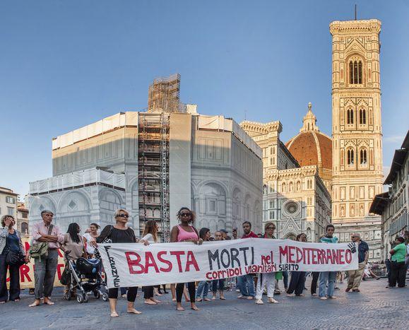 Image for La marcia delle donne e degli uomini scalzi: Firenze marcia coi profughi