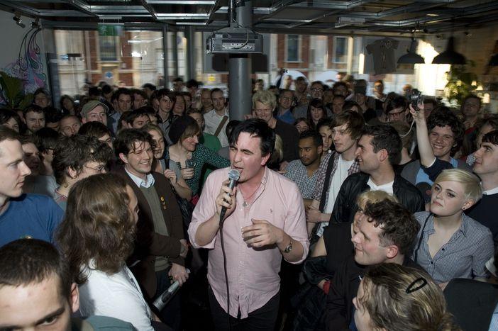 Image for London calling: Rocken im Pure Groove und relaxen im Café 1001