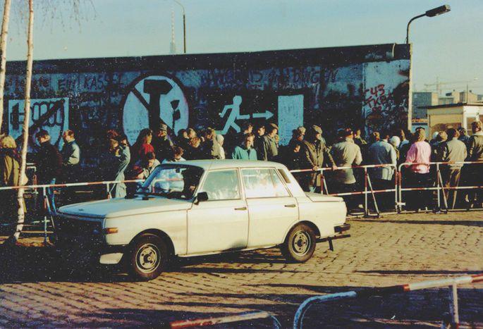 Image for La chute du mur de Berlin, dans le coffre d'une voiture...