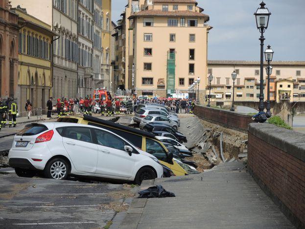 """Image for La """"voragine"""" sul Lungarno di Firenze e le ironie sui social"""