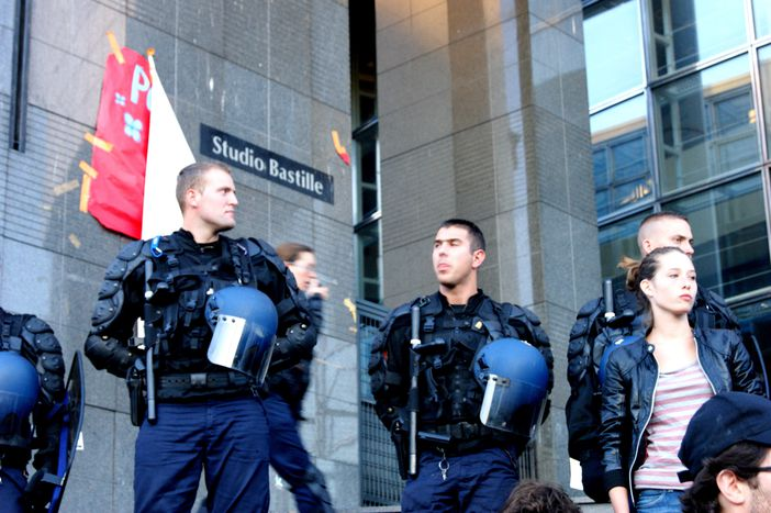 Image for Indignation à Paris : les CRS prennent la Bastille !