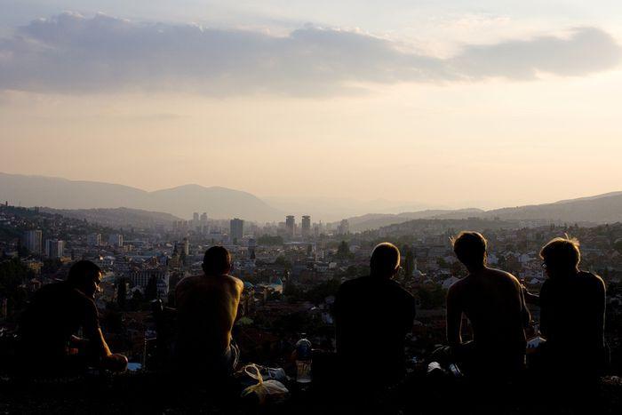 Image for Analiza Bosnia frente a un café: Psicólogos y sanadores de Sarajevo