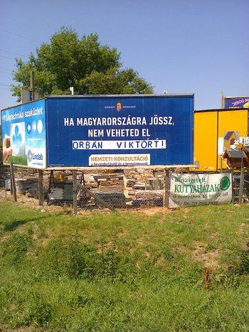Image for «Pardon pour notre premier ministre» : ou l'histoire d'un gouvernement, quelques panneaux et l'opinion publique hongroise