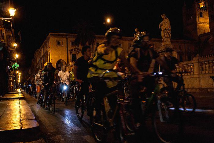 Image for Palermo di notte e in bici: in 500 per scoprire la città su due ruote