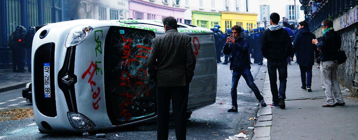Image for Parigi brucia: il braccio di ferro continua