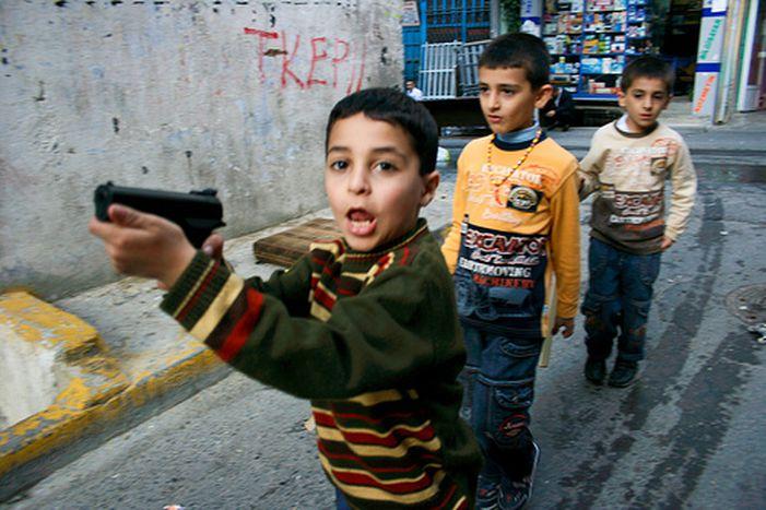 Image for Il quartiere curdo di Istanbul: bambini in armi