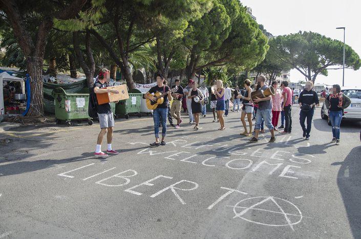 Image for Solidarietà contro i muri d'Europa: le vite sospese dei migranti in Italia