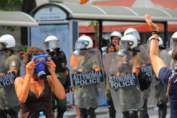 Image for Crise : artistes, chômeurs et révolutionnaires parlent de mauvaise Grèce