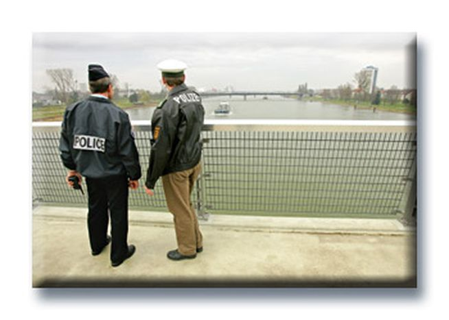 Image for Schengen efface les frontières, mais renforce les coopérations douanières